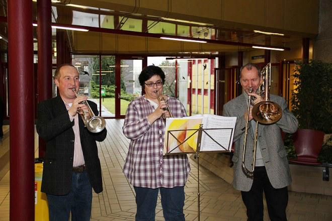 CI-Trägerin Laurence und zwei weitere Blasmusiker beim gemeinsamen Musizieren