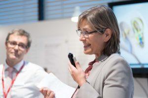 Frau Schlögl, Leiterin der Hörwerkstatt und Gregor Dittrich von MED-EL Deutschland